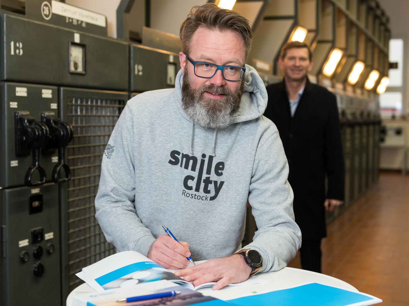 Oberbürgermeister Claus Ruhe Madsen bei der Unterzeichnung. Foto: Margit Wild